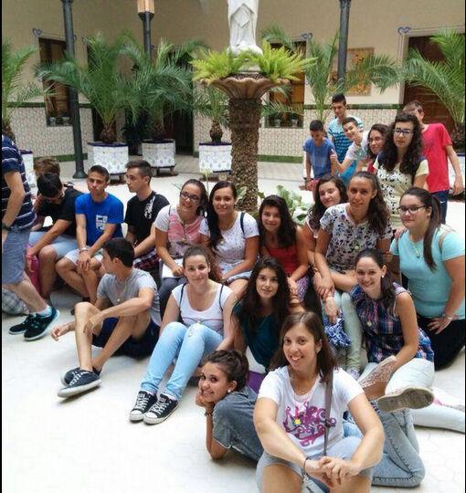 Jovenes peregrinos en el patio del Santuario de San José de la Montaña.