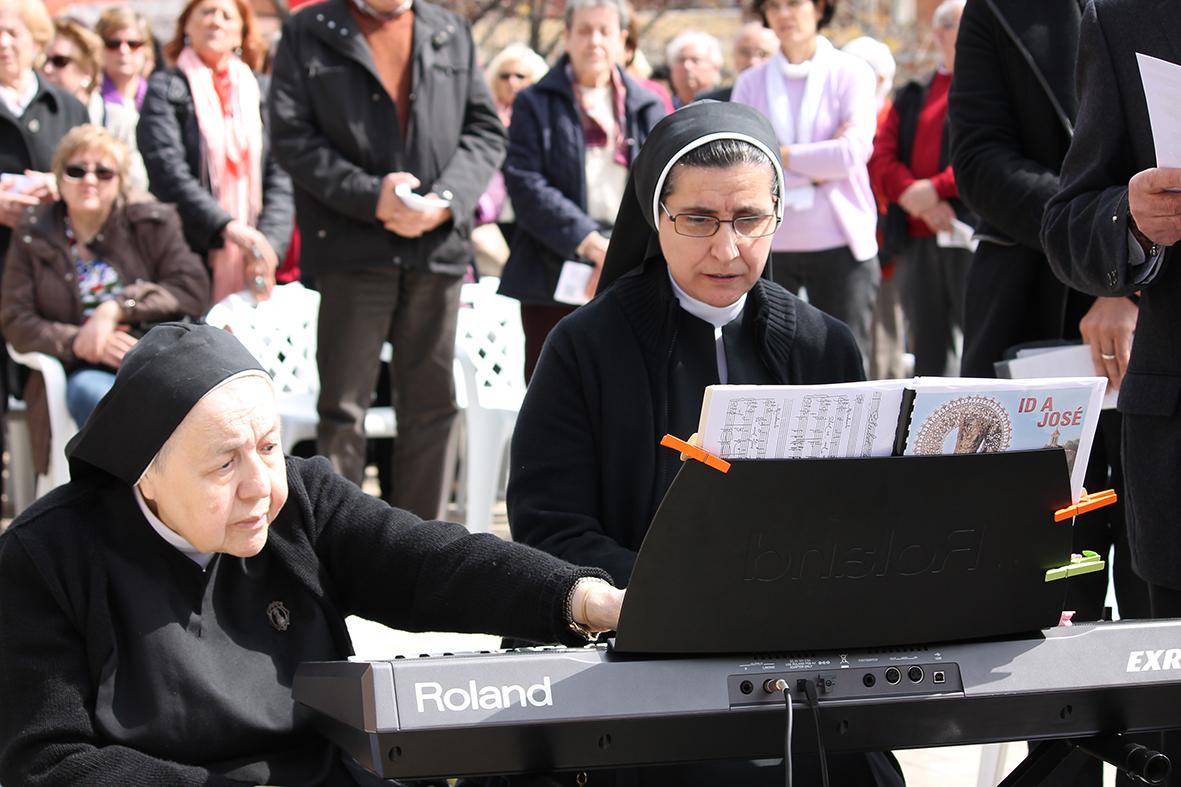 Madre Mari Carmen y el coro del Santuario de San José de la Montaña