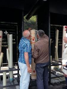 peregrinación a Lourdes. Cirio a los pies de la Virgen.