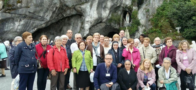 en la cueva de Lourdes posando para una foto.