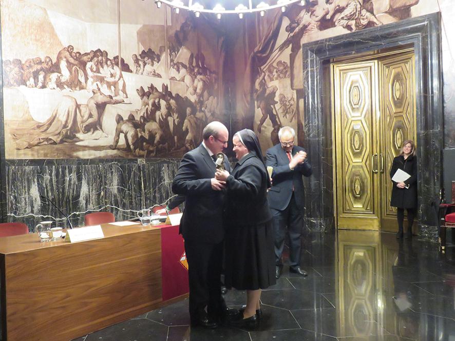 Madre Paloma García del Río recibiendo el Premio Inmaculada.