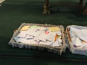 cartas a san josé depositadas frente al altar
