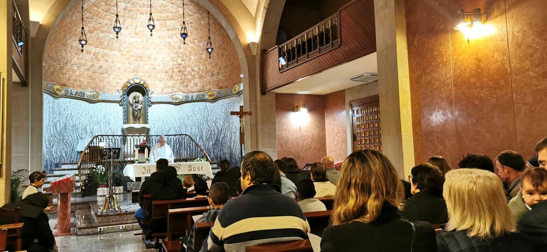 vista de la capilla llena