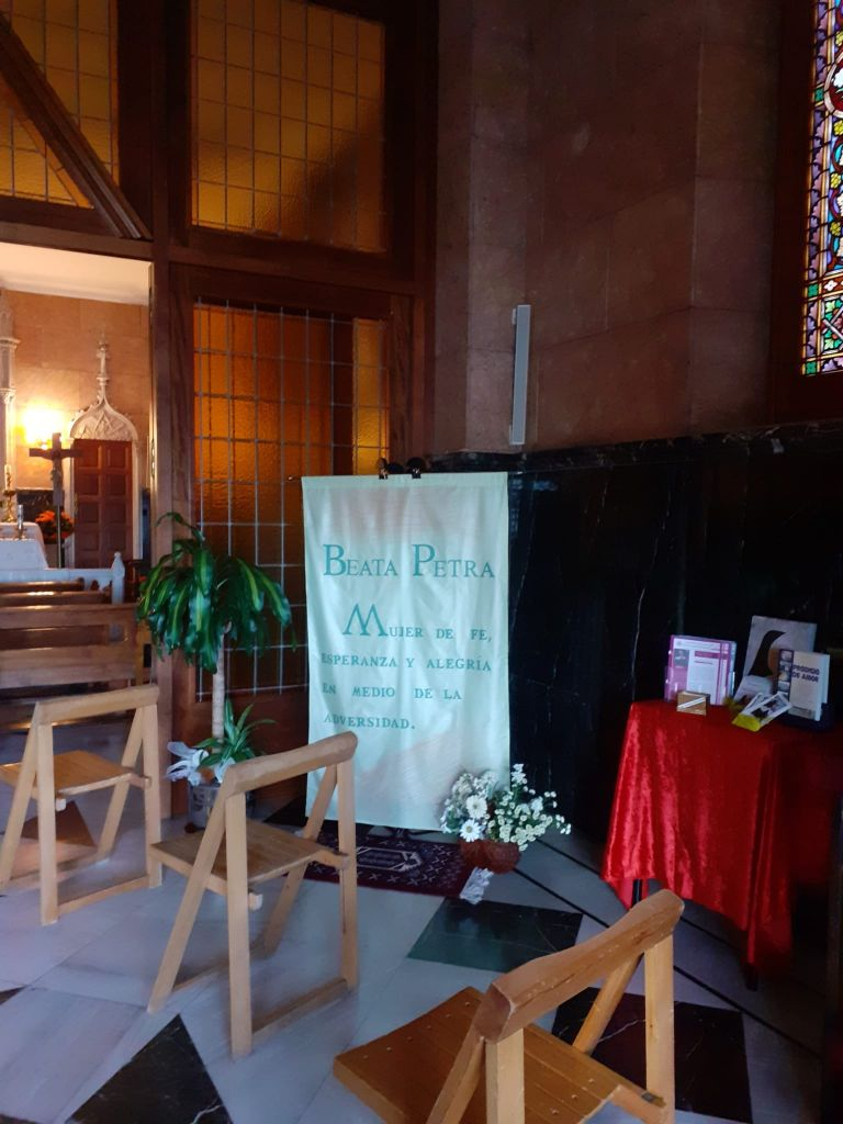 capilla engalanada para la celebración de madre petra