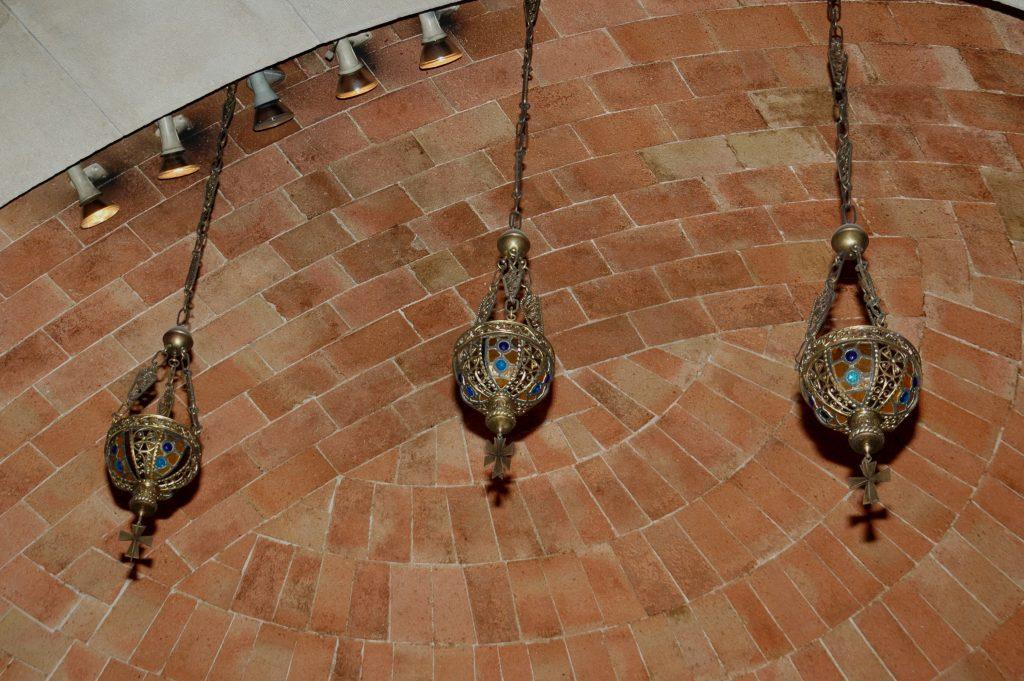 lamparas modernistas en la capilla de san jose