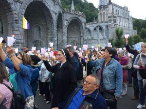 presentación ante la virgen de Lourdes