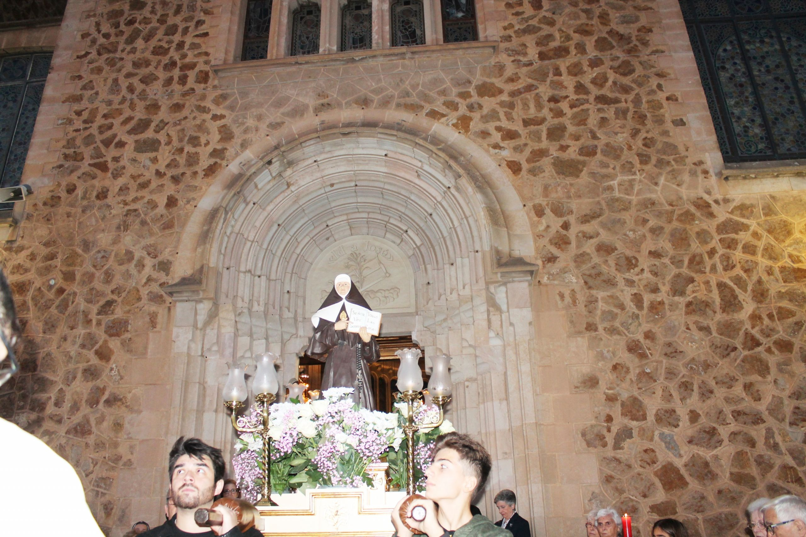 Beata Petra procesión saliendo puerta santuario