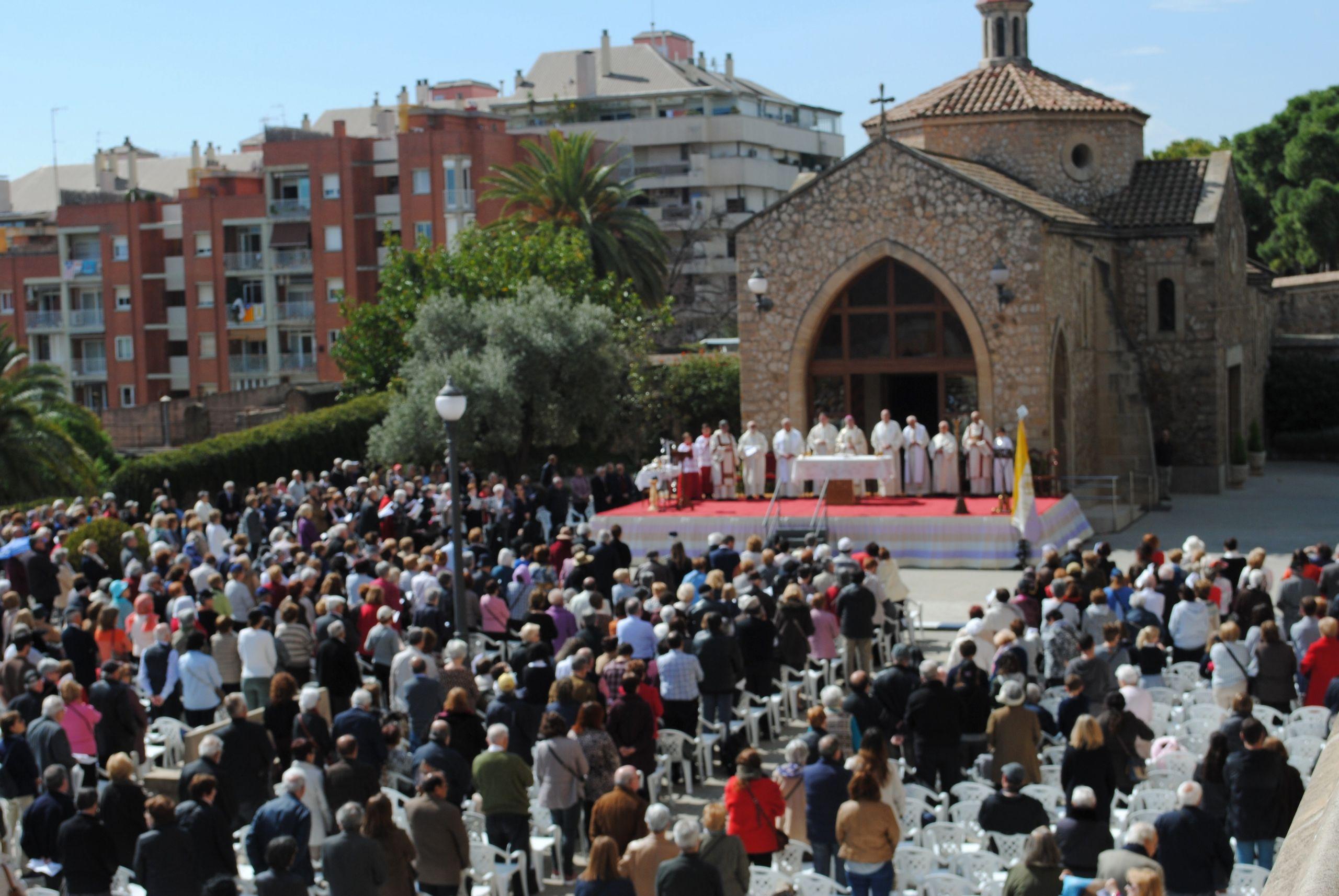 explanada del santuario llena de devotos para una misa