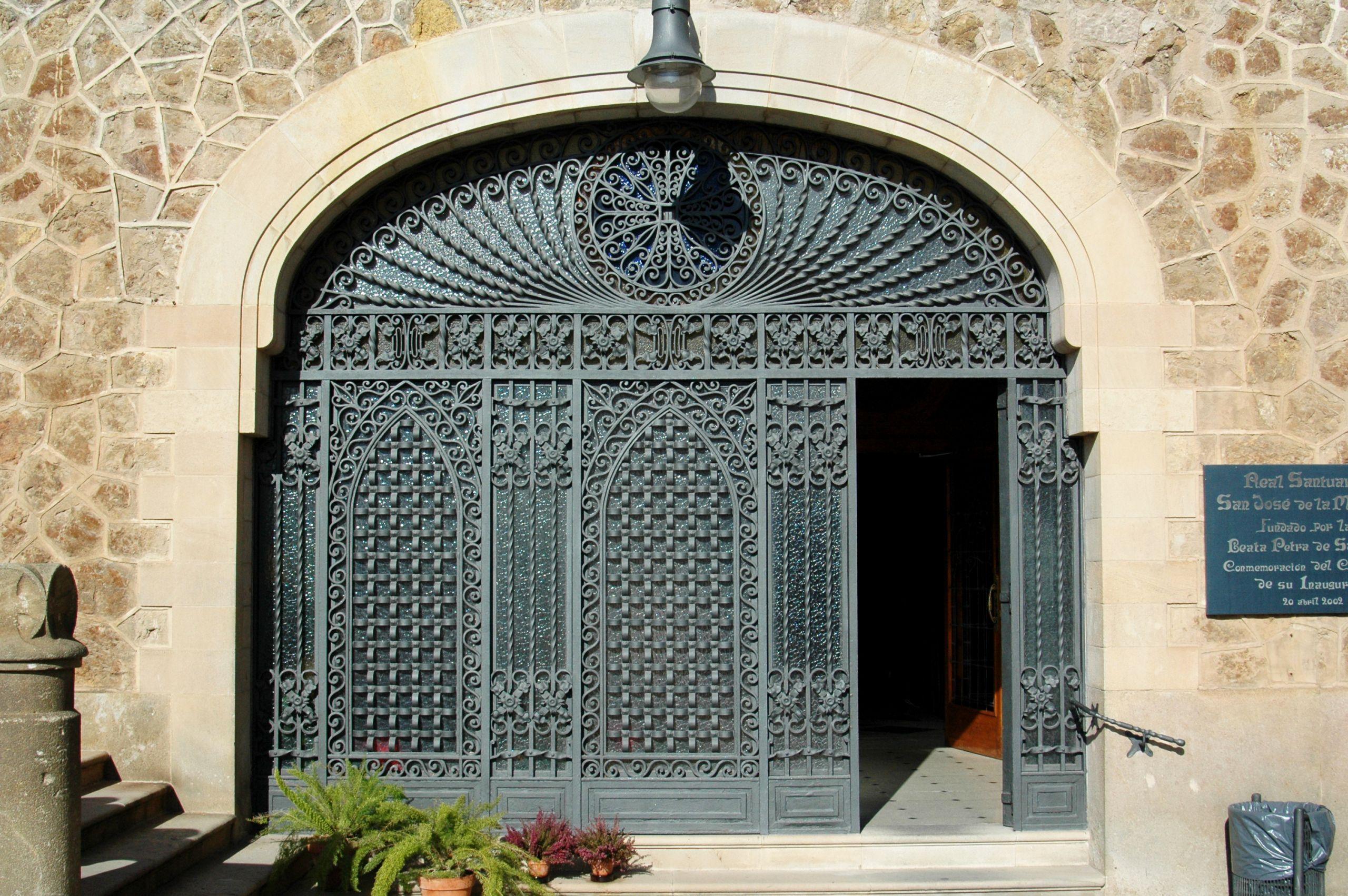 reja de entrada a la capilla de Madre Petra