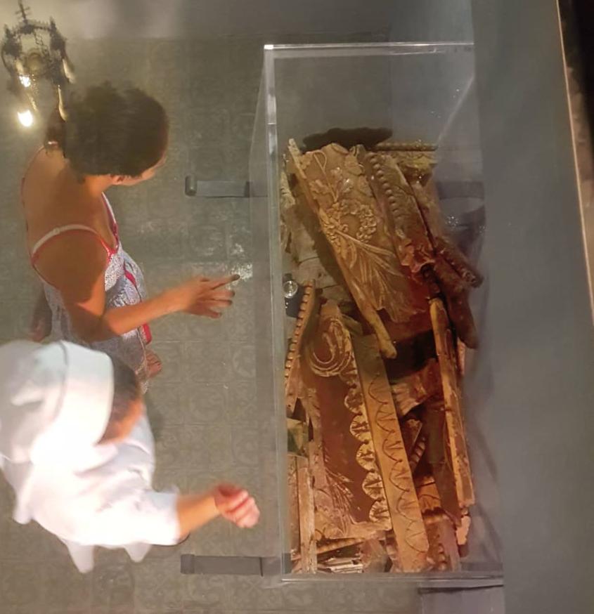 Cripta con el ataud de madre petra