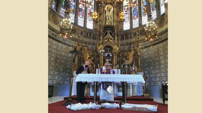 cartas a san jose ante el altar de la iglesia principal