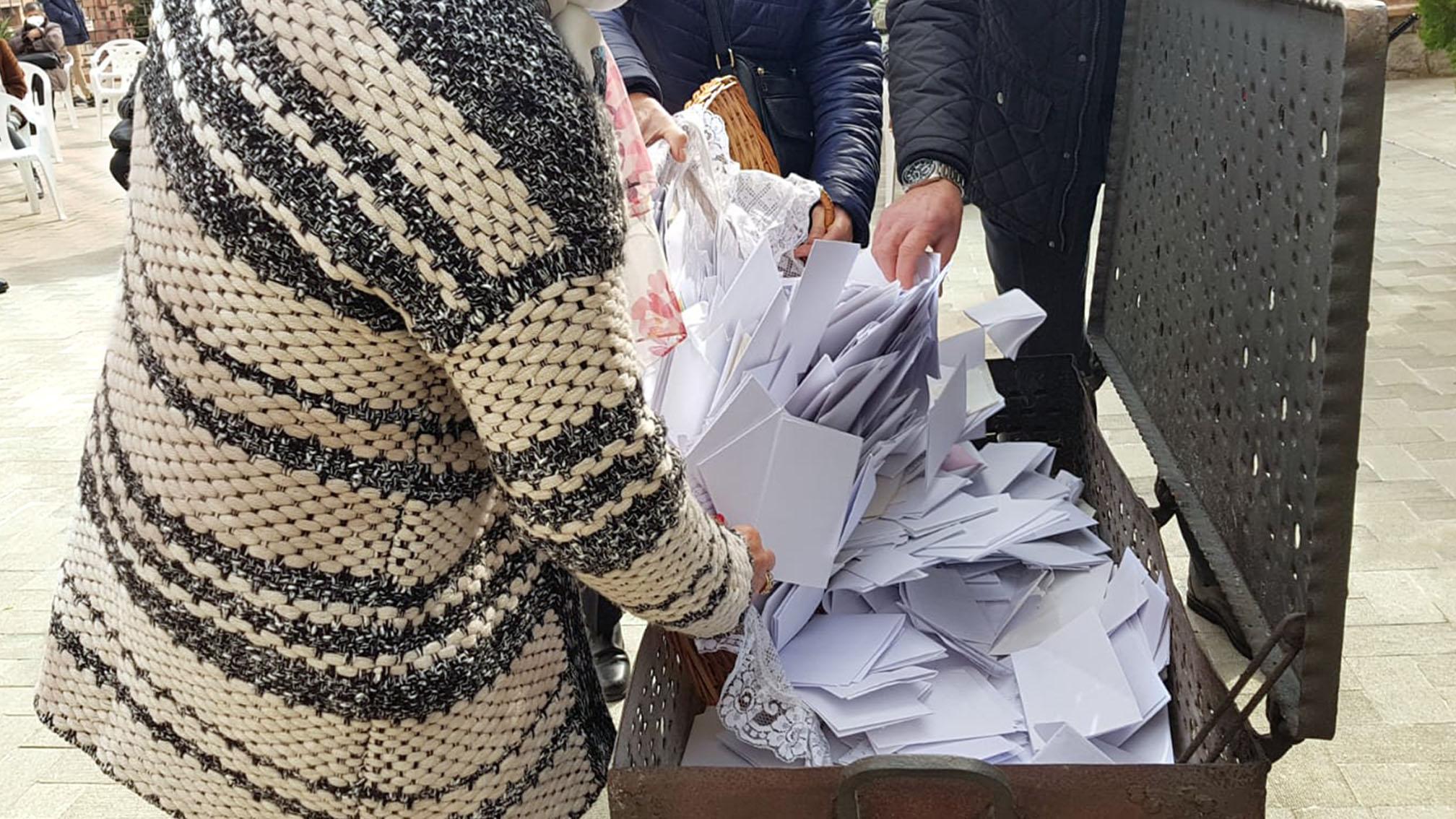 cartas depositandose en la urna de cremación