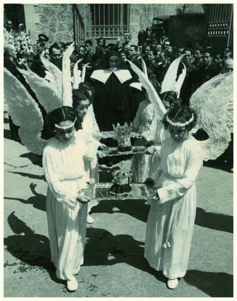 angelitos llevando las coronas para la coronación de san jose de la montña y una madre de Desamparados detrás.