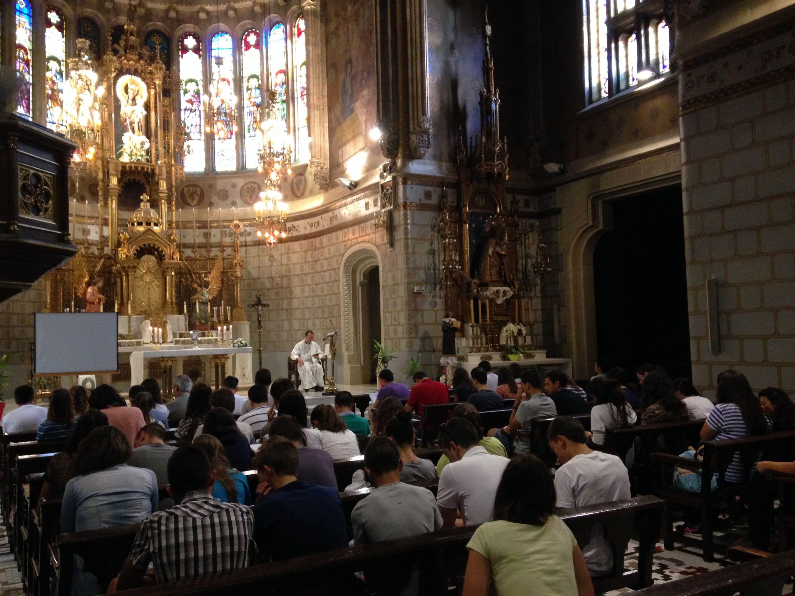 Peregrinos en misa. Santuario de San José de la Montaña.