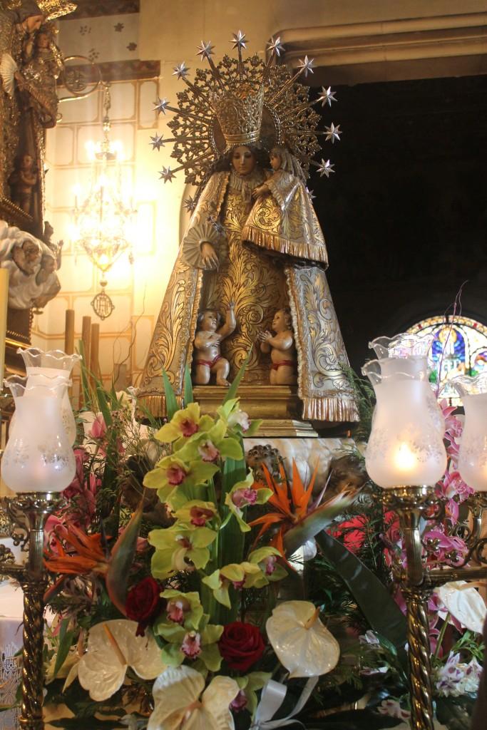 Procesión en el Real Santuario de San José de la Montaña. Los devotos sacan a Nuestra señora de los Desamparados.